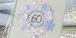 Ideen für Geburtstage: Von Blüten umrankt | Einladung in Pastellfarben mit einem Kranz aus vielen ausgestanzten Blüten und rundem BUTTERER STEMPEL