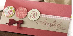 Ideen für Geburtstage: Charmant und herzlich | Einladung in Landhaus-Farben, Baccara und Weinrot mit elegantem BUTTERER STEMPEL Schriftzug und femininem Design