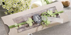 Ideen für Geburtstage: Natürlich | Einladung in Kraftpapier, Grün, Holz und Anthrazit mit ausgestanzten Ahornblättern, Wollschnur und einem geradlinigen BUTTERER STEMPEL mit dem Schriftzug