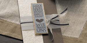 Ideen für die Hochzeit: Glück und Liebe | Einladung in glänzendem Braun, Creme und himmelblauem Akzent mit BUTTERER STEMPEL Wir trauen uns