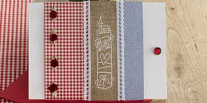 Ideen für Hochzeiten: Landliebe | Einladung in Weiß, Himmelblau, rotem Karo und Leinenoptik mit Rosenknospen und charmantem Stempelmotiv