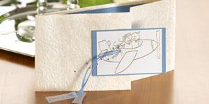 Ideen für die Hochzeit: Über den Wolken | Einladung in Champagner, Creme, Weiß und himmelblauen Akzenten, mit BUTTERER STEMPEL Brautpaar im Flugzeug