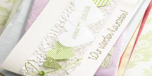 Ideen für die Hochzeit: Wir werden heiraten! | Einladung in Champagner, Creme, Weiß und frischem Grün mit geprägten und ausgestanzten Herzen