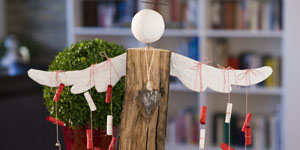 Ideen für Kaminholzengel: Adventsbote | Engel als Adventskalender, Kopf und Flügel mit Gipsbinden gestaltet