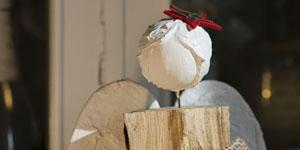 Ideen für Kaminholzengel: Bella | Engel mit Filzstern und Stern aus Aluminiumblech, Flügel mit Gipsbinden gestaltet, Kopf mit Strukturpaste gestaltet