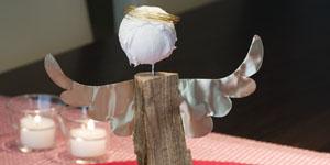 Ideen für Kaminholzengel: Leonore | Engel mit Blechflügeln und Heiligenschein aus Draht, Kopf mit Strukturpaste gestaltet