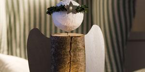 Ideen für Kaminholzengel: Lichtblick | Engel mit Halter für eine Kerze, Metallflügeln und Heiligenschein aus Buchsgirlande, Kopf gestaltet mit Gipsbinden
