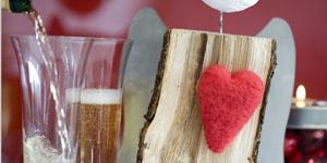 Ideen für Kaminholzengel: Lieblingsengel | Engel mit gefilztem Herz in Rot, Metallflügeln und Heiligenschein aus rotem Draht, Kopf gestaltet mit Gipsbinden