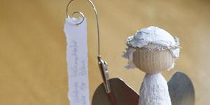 Ideen für Kaminholzengel: Marie | Engel mit einem Körper aus einem mit Gips kaschierten Styroporzylinder, einem Kopf aus Holz und Metallflügeln, Frisur gestaltet mit Strukturpaste