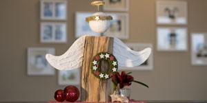 Ideen für Kaminholzengel: Der gute Will | Engel mit Mooskranz, Sternen und einem goldenen Heiligenschein aus Flowerhair, Kopf und Flügel mit Gipsbinden gestaltet
