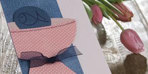 Ideen für Kommunion und Konfirmation: Lebendiger Glaube | Einladung in Rosa, Jeans und Dunkelblau mit der ausgeschnittenen Silhouette eines Kelchs, einer Hostie und BUTTERER STEMPELN