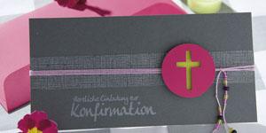 Ideen für Kommunion und Konfirmation: Auf den Punkt gebracht | Einladung in Anthrazit, Granit, Pink und Grün mit ausgestanztem Kreuz, Perlen und BUTTERER STEMPEL