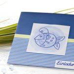 Ideen für Kommunion und Konfirmation: Erleuchtet | Einladung in kräftigem Blau-Weiß mit einem kindgerecht dargestellten Lampenfisch