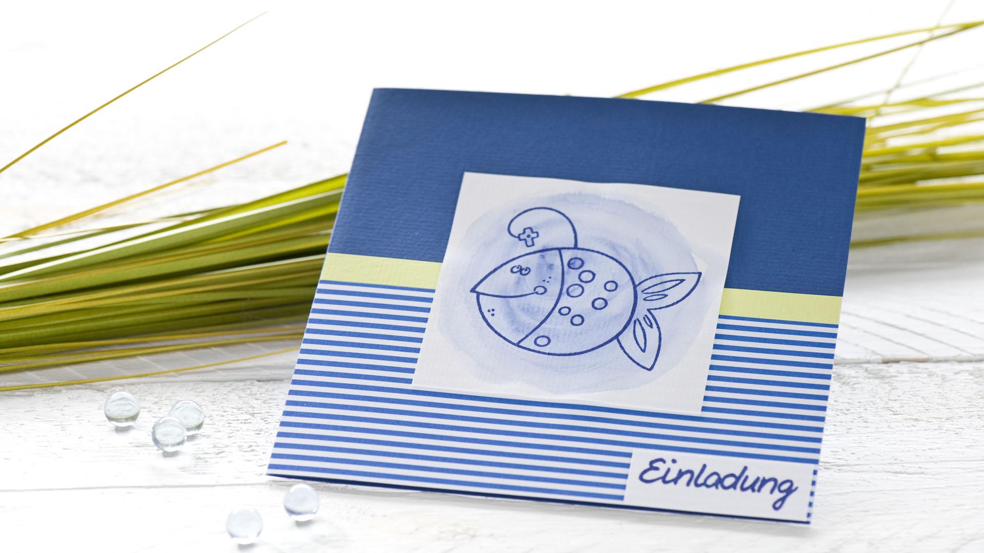 diy einladung kommunion blau weiss streifen fisch