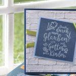 Ideen für Kommunion und Konfirmation: Ihr seid alles Gottes Kinder | Einladungs- und Grußkarte mit Backsteinen in Weiß, Blautönen und grünem Akzent