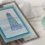 Ideen für Kommunion und Konfirmation: Dein Wort leuchtet | Einladungs- und Grußkarte mit Holzkarton, Meeresfarben und dem BUTTERER STEMPEL Dein Wort leuchtet (stilisierter Leuchtturm)