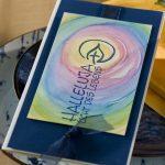 Ideen für Kommunion und Konfirmation: Halleluja   Einladungs- und Grußkarte in Dunkelblau und Weiß mit Regenbogenfarben