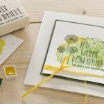 Ideen für die Konfirmation: Ich werde konfirmiert | Einladung in Weiß mit gelb und grün aquarelliertem Hintergrund und dem BUTTERER STEMPEL Pusteblume im Mittelpunkt