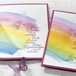 Ideen für Kommunion und Konfirmation: Über dem Regenbogen | Einladung mit aquarelliertem Regenbogen und ausgestanztem Schmetterling