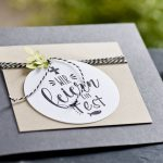 Ideen für Kommunion und Konfirmation: Wir feiern ein Fest | Einladung in dunklem Grau, Natur und Schwarz mit grünem Zweig