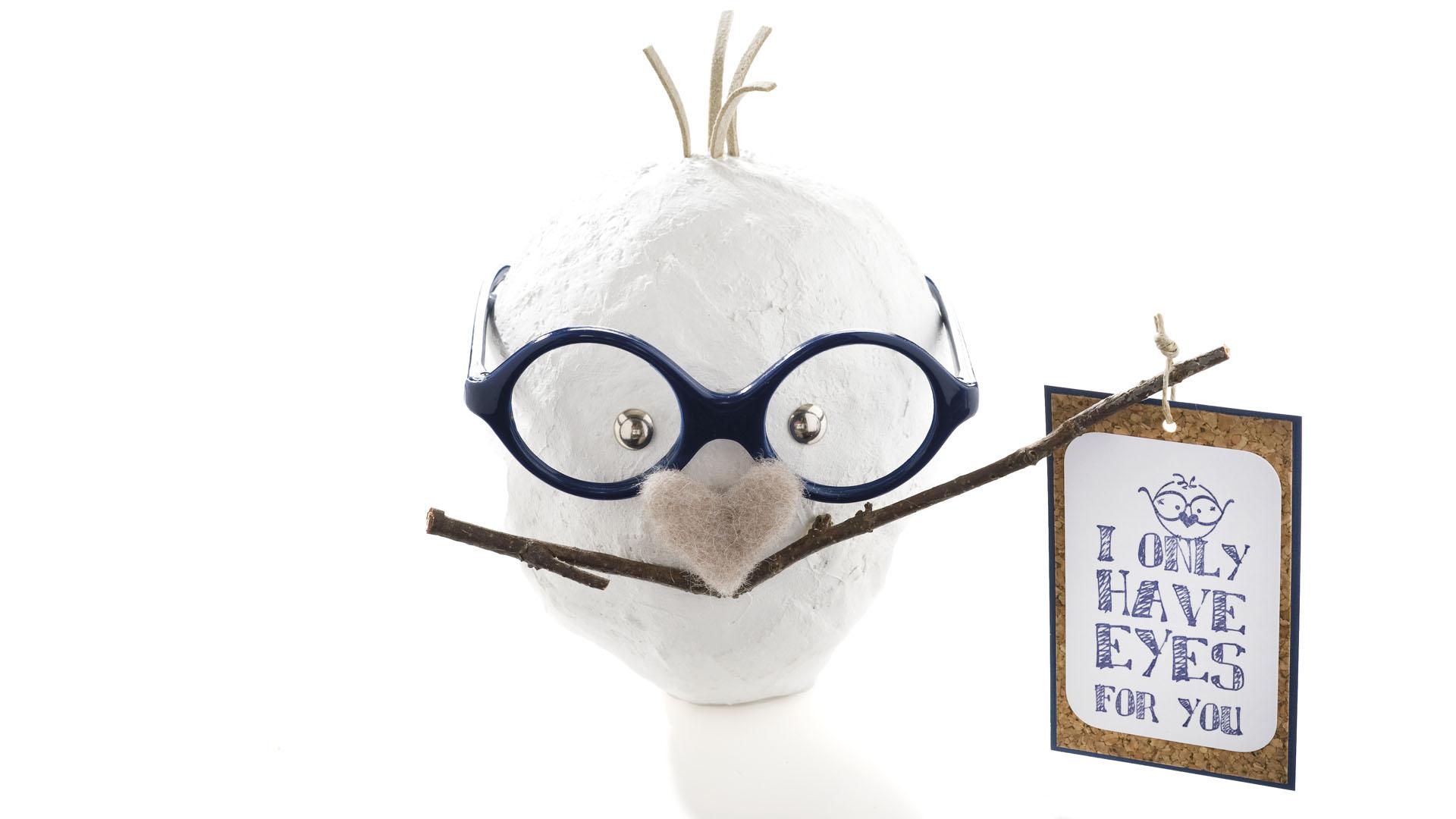 DIY Skulptur: I only have eyes for you. Aus einem mit Gipsbinden überzogenem Styroporei wird mit wenigen Accessoires eine herzerfrischende kleine Skulptur mit Statement in Weiß, Dunkelblau und Naturtönen.