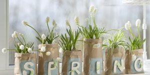 Ideen für den Frühling: Frühlingsgefühle | Eine DIY Idee für die Frühlingsdekoration zuhause: Kleine Packpapiertüten als Übertöpfe für Hyazinthen & Co. Dekoriert mit Holzbuchstaben, Chalky-Farbe und kleinen Stücken Karoband.