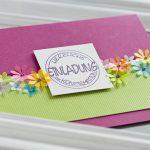 Ideen für Kommunion und Konfirmation: Blütenmeer | Einladung in Brombeer mit lebendigem Grün und bunten Blüten