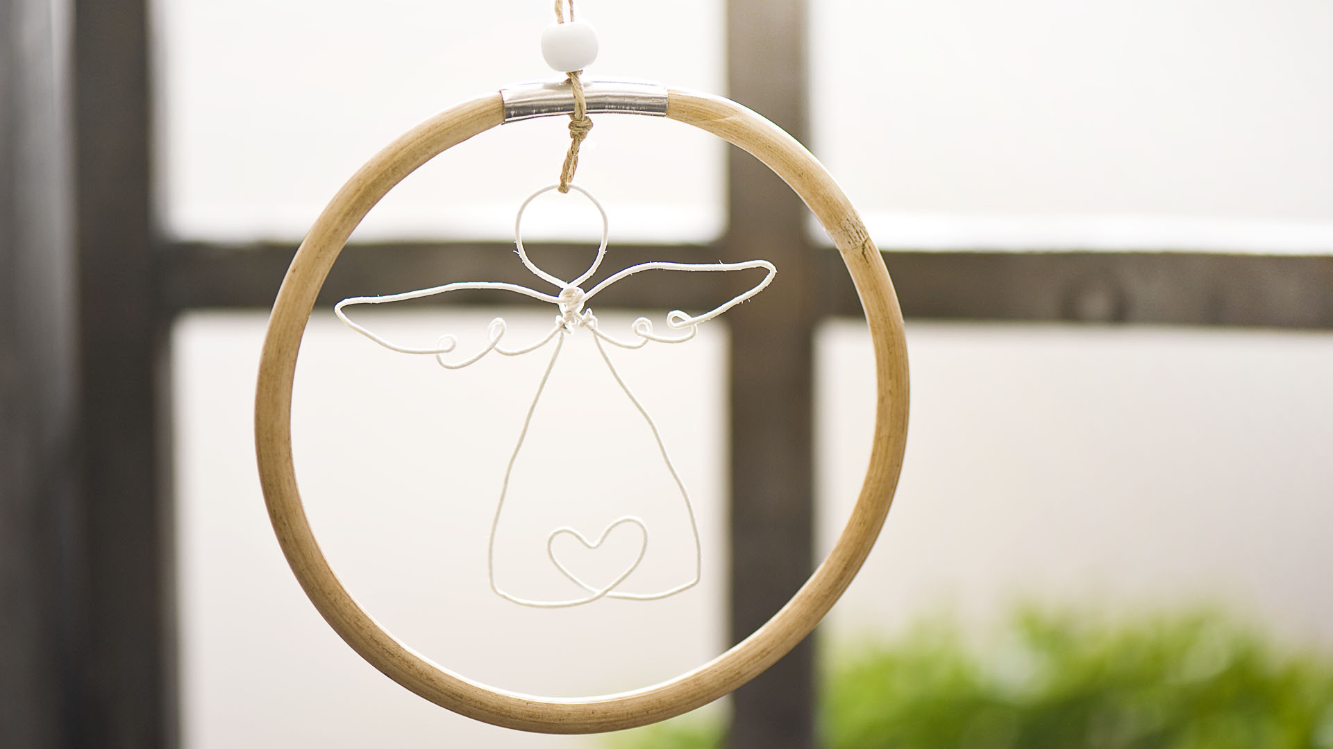 Ideen für Papierdraht: Schutzengel | Schutzengel aus Papierdraht in Weiß in einem Holzring zum Aufhängen