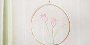 Ideen für Papierdraht: Tulpen | Tulpen aus Papierdraht in Pink und Orange mit grünen Blättern in einem Holzring zum Aufhängen