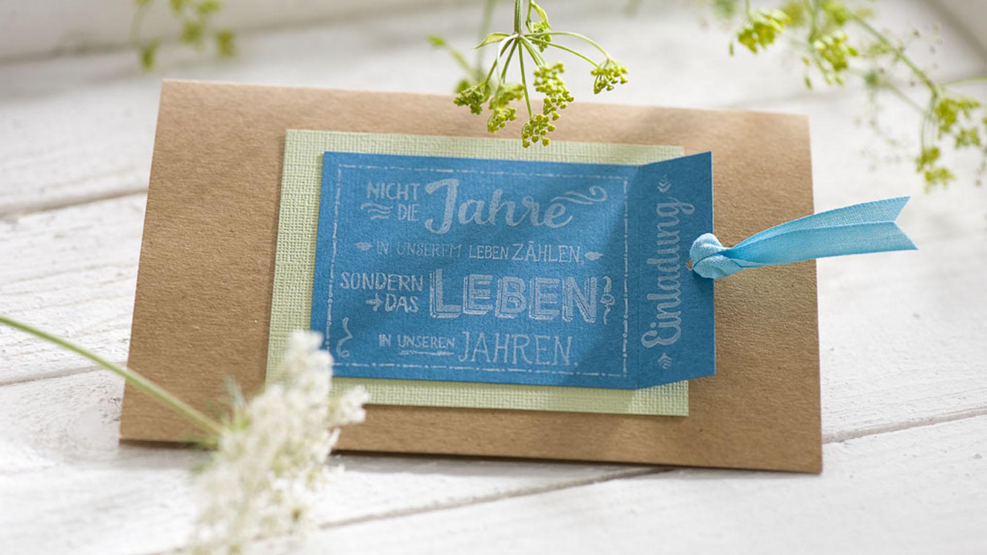 Ideen für Geburtstage: Nicht die Jahre zählen ... | Einladung in Natur, Azur und zartem Grün mit einem besonderen Spruch zu diesem Anlass