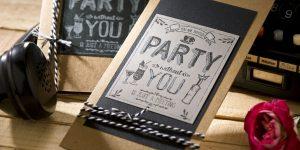 Ideen für Geburtstage: You are invited | Einladung in Natur, Schwarz und Grau mit Stempel im Handlettering-Stil mit Kreide