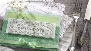 Ideen für besondere Geburtstage: Frisches Grün | Einladung in mehreren Grüntönen mit gestempelten Design im Handlettering-Stil und mit floralen Zeichnungen