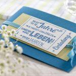 Ideen für besondere Geburtstage: Nicht die Jahre zählen in unserem Leben | Einladung in Petrol, hellem Grün und Azur mit ausdrucksstarkem Stempel