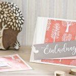 Ideen für besondere Geburtstage: Für Naturliebhaber   Einladung in Weiß, Apricot und Taupe mit handbedrucktem Batikpapier und handgelettertem Schriftzug