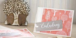 Ideen für besondere Geburtstage: Für Naturliebhaber | Einladung in Weiß, Apricot und Taupe mit handbedrucktem Batikpapier und handgelettertem Schriftzug
