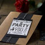 Ideen für besondere Geburtstage: A party without you ... | Einladung in Craft, Weiß und Schwarz mit Glitzer und starkem gestempeltem Design