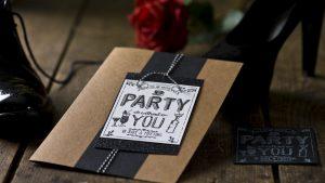 Ideen für besondere Geburtstage: A party without you ...   Einladung in Craft, Weiß und Schwarz mit Glitzer und starkem gestempeltem Design