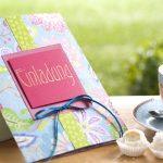 Ideen für besondere Geburtstage: Farbenfrohe Blütenträume | Einladung mit fröhlichem Design aus fantasievollen Blüten und Glittereffekten in Azur, Grün und Pink