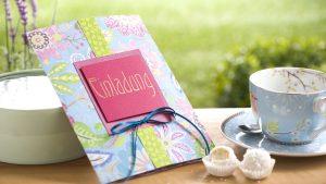 Ideen für besondere Geburtstage: Farbenfrohe Blütenträume   Einladung mit fröhlichem Design aus fantasievollen Blüten und Glittereffekten in Azur, Grün und Pink