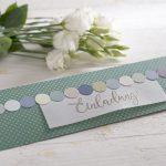 Ideen für besondere Geburtstage: Kreidefarben und Handlettering | Einladung in kreidigen Trendfarben mit Dots, Punkten und einem gestempelten Schriftzug im Handlettering-Stil