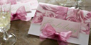 Ideen für besondere Geburtstage: Rosige Zeiten | Einladung mit Rosen und opulenter Schleife in Rosa, Altrosa und Champagner