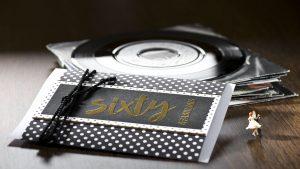 Ideen für besondere Geburtstage | Einladung und Glückwunschkarte in Schwarz, Weiß und Gold mit ausdrucksstarkem gestempelten Schriftzug