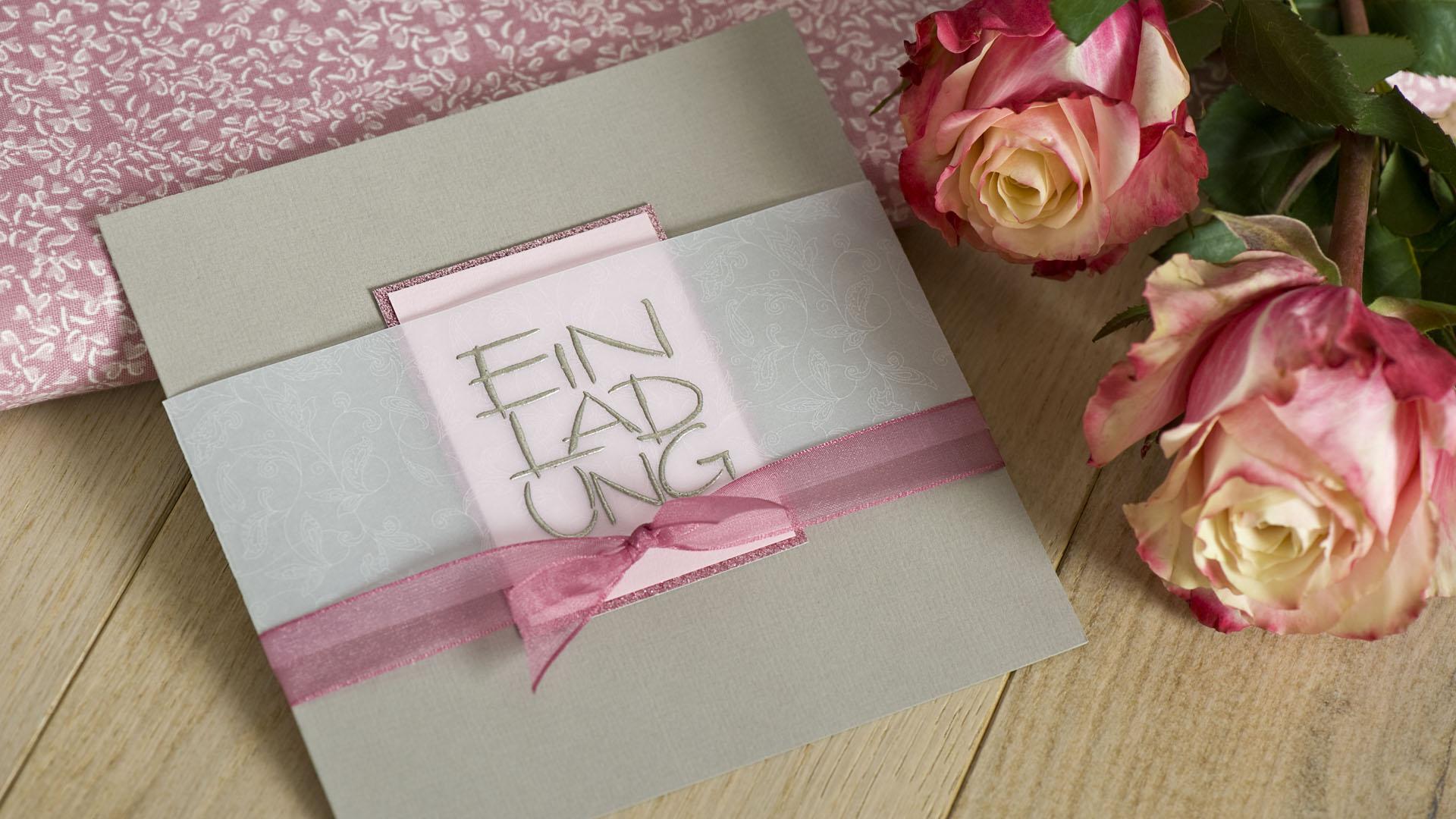Ideen für Geburtstage: Rosig und fein | Einladung in Taupe und Rosé mit feinem Muster und glitzerndem Akzent