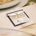 Ideen für Hochzeiten: Liebe federleicht | Einladung in Champagner, Gold, Weiß und Dunkelblau mit emotionalem, gestempeltem Schriftzug