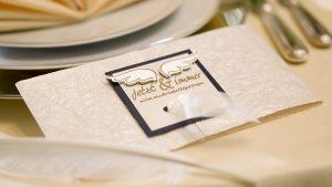 Ideen für Hochzeiten: Liebe federleicht   Einladung in Champagner, Gold, Weiß und Dunkelblau mit emotionalem, gestempeltem Schriftzug