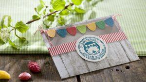 Ideen für den Schulanfang: Bärenstark! | Einladung und Glückwunschkarte in Naturtönen und fröhlichen Bonbonfarben in Kombination mit Holzbrettern und Stempel