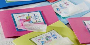 Ideen für den Schulanfang: Mit dem Einhorn in die Schule | Einladung mit ausgemaltem Einhorn in allen Farben des Regenbogens mit Glitter und Stempel