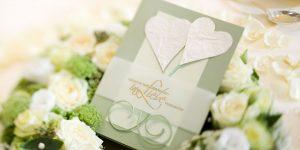 Ideen für Hochzeiten: Gesucht und gefunden | Einladung in Champagner, Gold und Linde mit Herzen und ausdrucksstarkem Stempel