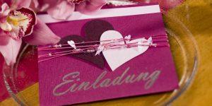 Ideen für Hochzeiten: Heartbeat | Einladung in den Farbtönen Aubergine, Brombeer und Holunder mit vielen Herzen, passenden Perlen und einem großen gestempelten Schriftzug