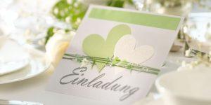 Ideen für Hochzeiten: Heartbeat in zartem Grün und Weiß | Einladungskarte mit vielen Herzen, passenden Perlen und einem großen, gestempelten Schriftzug